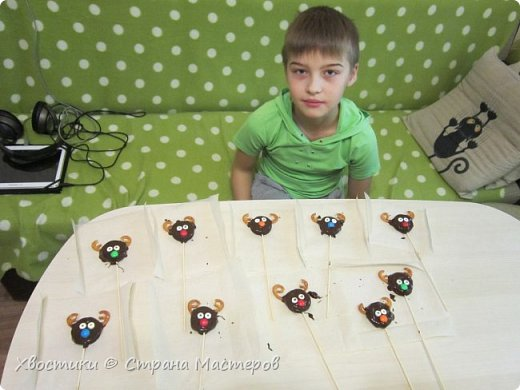 ОЛЕШКИ. Ждём Нового года :) сотворили с Тимошкой вот такие кейк-попсы (плитка горького шоколада, печенье ОРЕО, крендельки для рожек, глазки - конфетки на браслетике Понни, носики - M&Ms и деревянные шпажки) фото 5