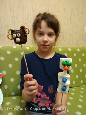 ОЛЕШКИ. Ждём Нового года :) сотворили с Тимошкой вот такие кейк-попсы (плитка горького шоколада, печенье ОРЕО, крендельки для рожек, глазки - конфетки на браслетике Понни, носики - M&Ms и деревянные шпажки) фото 6