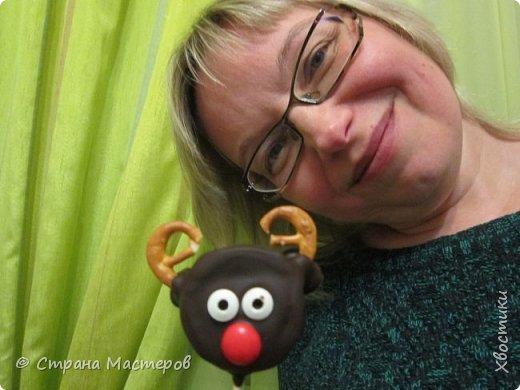 ОЛЕШКИ. Ждём Нового года :) сотворили с Тимошкой вот такие кейк-попсы (плитка горького шоколада, печенье ОРЕО, крендельки для рожек, глазки - конфетки на браслетике Понни, носики - M&Ms и деревянные шпажки) фото 2