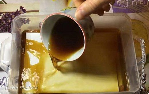 Для работы нам понадобится: -кофе -зажигалка -плотная бумага( размер 19*13см) -фен -бамбуковые шпажки (2шт) -штампы -бечевка -клеевой пистолет -клей ПВА -масляная пастель -краски  фото 2