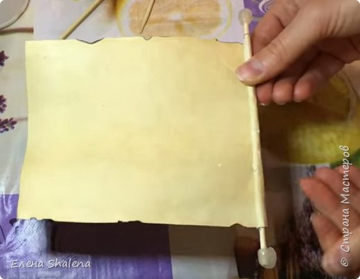 Для работы нам понадобится: -кофе -зажигалка -плотная бумага( размер 19*13см) -фен -бамбуковые шпажки (2шт) -штампы -бечевка -клеевой пистолет -клей ПВА -масляная пастель -краски  фото 10
