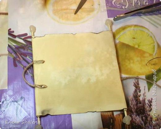 Для работы нам понадобится: -кофе -зажигалка -плотная бумага( размер 19*13см) -фен -бамбуковые шпажки (2шт) -штампы -бечевка -клеевой пистолет -клей ПВА -масляная пастель -краски  фото 13