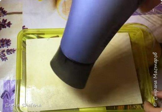 Для работы нам понадобится: -кофе -зажигалка -плотная бумага( размер 19*13см) -фен -бамбуковые шпажки (2шт) -штампы -бечевка -клеевой пистолет -клей ПВА -масляная пастель -краски  фото 3
