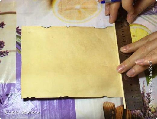 Для работы нам понадобится: -кофе -зажигалка -плотная бумага( размер 19*13см) -фен -бамбуковые шпажки (2шт) -штампы -бечевка -клеевой пистолет -клей ПВА -масляная пастель -краски  фото 5