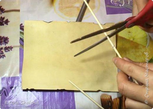 Для работы нам понадобится: -кофе -зажигалка -плотная бумага( размер 19*13см) -фен -бамбуковые шпажки (2шт) -штампы -бечевка -клеевой пистолет -клей ПВА -масляная пастель -краски  фото 6