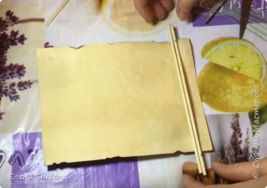 Для работы нам понадобится: -кофе -зажигалка -плотная бумага( размер 19*13см) -фен -бамбуковые шпажки (2шт) -штампы -бечевка -клеевой пистолет -клей ПВА -масляная пастель -краски  фото 7