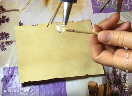 Для работы нам понадобится: -кофе -зажигалка -плотная бумага( размер 19*13см) -фен -бамбуковые шпажки (2шт) -штампы -бечевка -клеевой пистолет -клей ПВА -масляная пастель -краски  фото 8