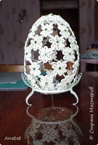 Всем здравствуйте! А вот и вторая весенняя работа. Делала это яйцо по МК мастерицы Татьяны Saphir. Работа вроде и небольшая, но повозиться с ней пришлось, не всё сразу получалось. Полосочки 1,5 мм, высота яйца без подставки 9 см, с подставкой - 10,5 см. фото 7