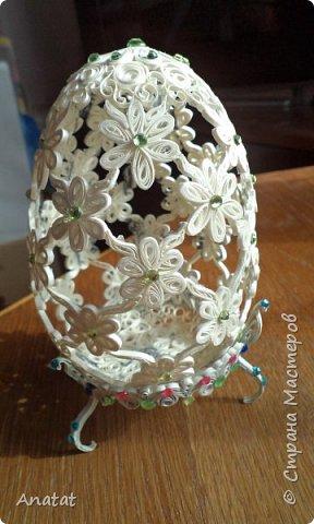 Всем здравствуйте! А вот и вторая весенняя работа. Делала это яйцо по МК мастерицы Татьяны Saphir. Работа вроде и небольшая, но повозиться с ней пришлось, не всё сразу получалось. Полосочки 1,5 мм, высота яйца без подставки 9 см, с подставкой - 10,5 см. фото 12