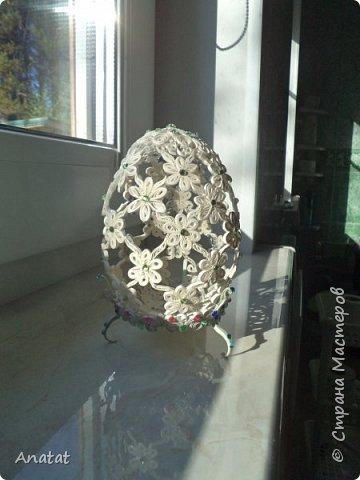 Всем здравствуйте! А вот и вторая весенняя работа. Делала это яйцо по МК мастерицы Татьяны Saphir. Работа вроде и небольшая, но повозиться с ней пришлось, не всё сразу получалось. Полосочки 1,5 мм, высота яйца без подставки 9 см, с подставкой - 10,5 см. фото 13