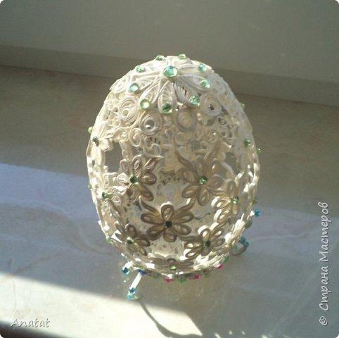 Всем здравствуйте! А вот и вторая весенняя работа. Делала это яйцо по МК мастерицы Татьяны Saphir. Работа вроде и небольшая, но повозиться с ней пришлось, не всё сразу получалось. Полосочки 1,5 мм, высота яйца без подставки 9 см, с подставкой - 10,5 см. фото 3
