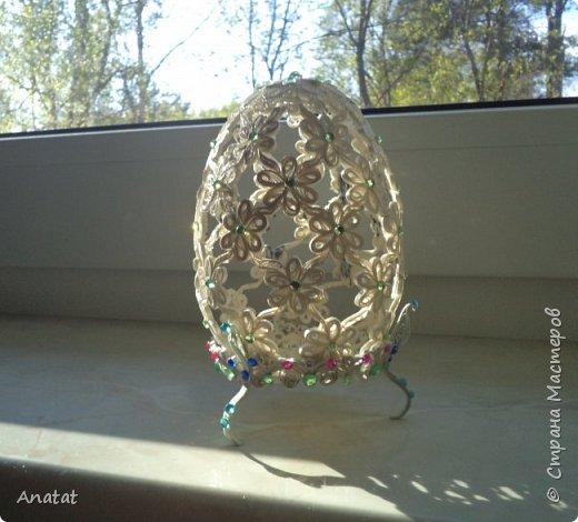 Всем здравствуйте! А вот и вторая весенняя работа. Делала это яйцо по МК мастерицы Татьяны Saphir. Работа вроде и небольшая, но повозиться с ней пришлось, не всё сразу получалось. Полосочки 1,5 мм, высота яйца без подставки 9 см, с подставкой - 10,5 см. фото 2