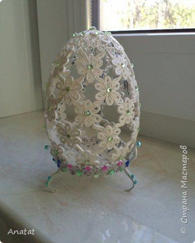 Всем здравствуйте! А вот и вторая весенняя работа. Делала это яйцо по МК мастерицы Татьяны Saphir. Работа вроде и небольшая, но повозиться с ней пришлось, не всё сразу получалось. Полосочки 1,5 мм, высота яйца без подставки 9 см, с подставкой - 10,5 см. фото 14