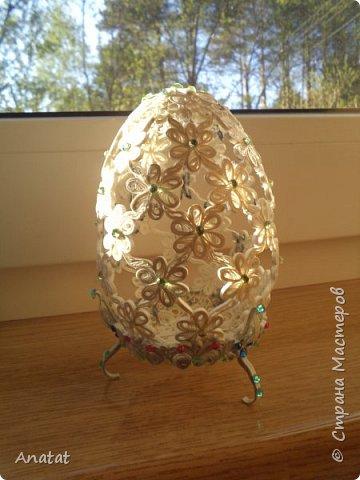 Всем здравствуйте! А вот и вторая весенняя работа. Делала это яйцо по МК мастерицы Татьяны Saphir. Работа вроде и небольшая, но повозиться с ней пришлось, не всё сразу получалось. Полосочки 1,5 мм, высота яйца без подставки 9 см, с подставкой - 10,5 см. фото 16