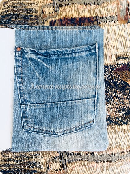 Здравствуйте друзья и гости моей страницы, наконец то я с вами после долгого перерыва. К вам в гости я заходила, смотрела за вашими новыми работами и оставляла вам отзывы. Давно хотела сделать обложку для книги и долгое время лежали и ждали моего вдохновения джинсовые шорты. Шила все вручную, машинки у меня нет. Карманчик я сделала и на форзаце главном и внутри , чтоб можно было положить листочки с написанными рецептами, которые нужно проверить и только потом я уже могу записать в свою книгу))). Два карманчика будут кстати. На главном форзаце на кармане салфетка фриволите, которую мне подарила Лиля из СМ.  Так как у меня сразу не нашлась паутинка, то прицепила пока булавочкой, просто очень хотелось показать свою обложку))). Все потом будет как нужно, фото добавлю. фото 6