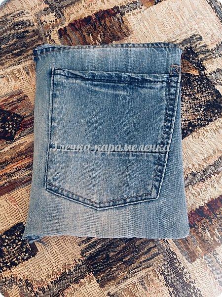 Здравствуйте друзья и гости моей страницы, наконец то я с вами после долгого перерыва. К вам в гости я заходила, смотрела за вашими новыми работами и оставляла вам отзывы. Давно хотела сделать обложку для книги и долгое время лежали и ждали моего вдохновения джинсовые шорты. Шила все вручную, машинки у меня нет. Карманчик я сделала и на форзаце главном и внутри , чтоб можно было положить листочки с написанными рецептами, которые нужно проверить и только потом я уже могу записать в свою книгу))). Два карманчика будут кстати. На главном форзаце на кармане салфетка фриволите, которую мне подарила Лиля из СМ.  Так как у меня сразу не нашлась паутинка, то прицепила пока булавочкой, просто очень хотелось показать свою обложку))). Все потом будет как нужно, фото добавлю. фото 2