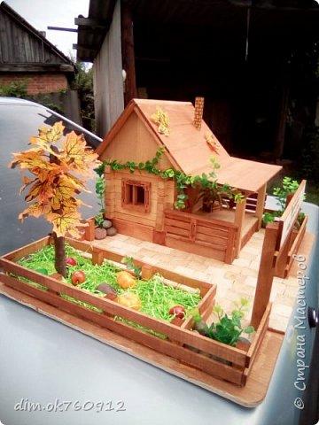 Поделка из дерева, деревянный домик с двориком, делалось изделие ребёнку на выставку в первый класс. Оставьте свой комментарий как Вам такая работа, нравится или нет? фото 5