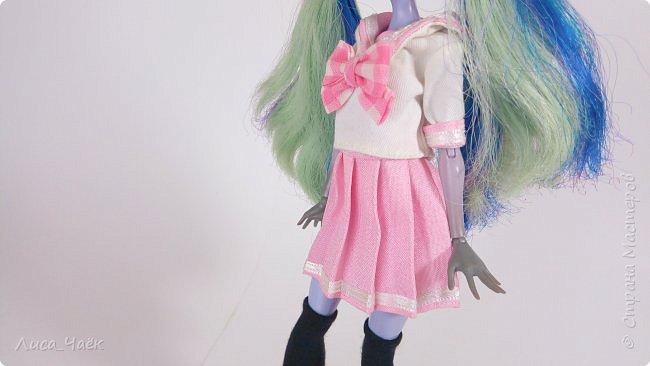 Всем привет! В этом видео я покажу, как сшить японскую школьную форму для куклы Монстер Хай!   Материалы и инструменты: ~ белая ткань ~ розовая ткань ~ клетчатая ткань для банта  ~ узкая лента ~ нитки ~ лист бумаги в клетку (для выкройки) ~ флизелин ~ иголки ~ ножницы ~ карандаш ~ линейка ~ 2 кнопки