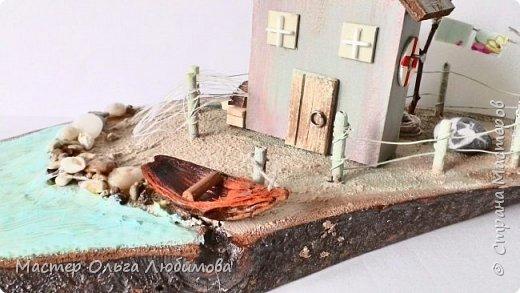 Есть у маленьких домиков притягательная сила. С ними хочется придумывать и создавать композиции, миниатюры. Они какие-то мультяшные. Кажется порой, что вся композиция вот-вот оживет и расскажет каждому свою историю. У маленького домика на берегу есть тоже своя история. И каждый, кто посмотрел на эту композицию, рассказывал именно свою : о домике рыбака или  о домике, где жила Ассоль. Фантазия никого не ограничивает. фото 2