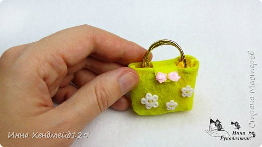 Для кукол сшила сумочку из фетра. Она получилась яркой, милой и вместительной.  А каких цветов сумочки вам нравятся больше всего?  Материалы: фетр, нитки, пуговички, лента, резинка, липучка, клей. фото 6