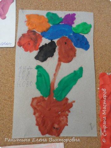 """Добрый день всем! В начале сентября в Москве проходил фестиваль """"Цветочный Джем"""", вот и мы с ребятами поучаствовали в нем - на уроке ИЗО рисовали пластилином цветы, вот такие замечательные картинки получились. Дети выбрали раскраски по своему вкусу, кто-то нарисовал сам цветочек. фото 4"""