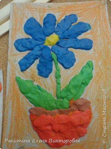 """Добрый день всем! В начале сентября в Москве проходил фестиваль """"Цветочный Джем"""", вот и мы с ребятами поучаствовали в нем - на уроке ИЗО рисовали пластилином цветы, вот такие замечательные картинки получились. Дети выбрали раскраски по своему вкусу, кто-то нарисовал сам цветочек. фото 20"""