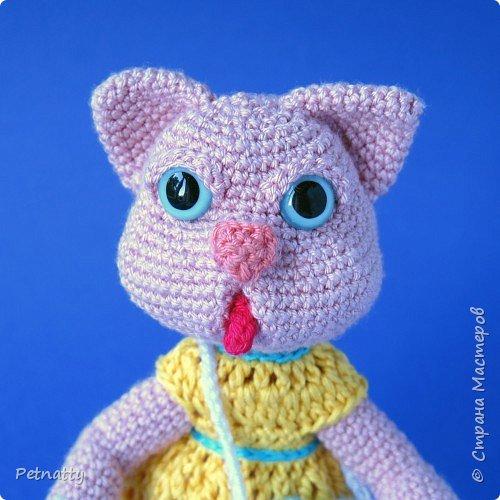 Мне понравились игрушки Kettidolls.zybok.kat https://stranamasterov.ru/user/280809 , посмотрела я на них и решила попробовать связать что-нибудь похожее. Нитки взяла розовые (для свинки или зайца), но получилась кошка. Впрочем, кошки тоже бывают розовые, которые без шерсти. Будем считать, что это сфинкс.  фото 1