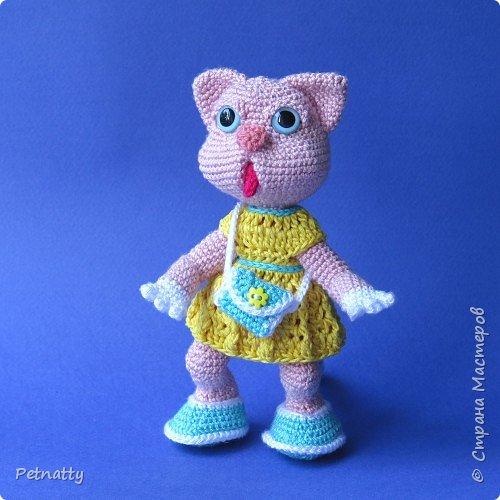 Мне понравились игрушки Kettidolls.zybok.kat https://stranamasterov.ru/user/280809 , посмотрела я на них и решила попробовать связать что-нибудь похожее. Нитки взяла розовые (для свинки или зайца), но получилась кошка. Впрочем, кошки тоже бывают розовые, которые без шерсти. Будем считать, что это сфинкс.  фото 10