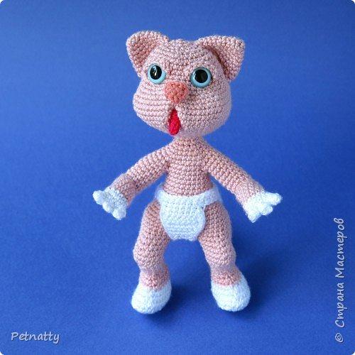 Мне понравились игрушки Kettidolls.zybok.kat https://stranamasterov.ru/user/280809 , посмотрела я на них и решила попробовать связать что-нибудь похожее. Нитки взяла розовые (для свинки или зайца), но получилась кошка. Впрочем, кошки тоже бывают розовые, которые без шерсти. Будем считать, что это сфинкс.  фото 5