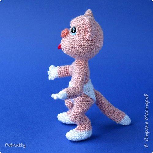 Мне понравились игрушки Kettidolls.zybok.kat https://stranamasterov.ru/user/280809 , посмотрела я на них и решила попробовать связать что-нибудь похожее. Нитки взяла розовые (для свинки или зайца), но получилась кошка. Впрочем, кошки тоже бывают розовые, которые без шерсти. Будем считать, что это сфинкс.  фото 6
