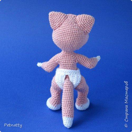 Мне понравились игрушки Kettidolls.zybok.kat https://stranamasterov.ru/user/280809 , посмотрела я на них и решила попробовать связать что-нибудь похожее. Нитки взяла розовые (для свинки или зайца), но получилась кошка. Впрочем, кошки тоже бывают розовые, которые без шерсти. Будем считать, что это сфинкс.  фото 7