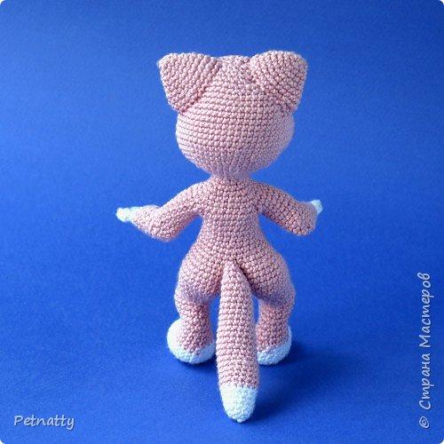 Мне понравились игрушки Kettidolls.zybok.kat https://stranamasterov.ru/user/280809 , посмотрела я на них и решила попробовать связать что-нибудь похожее. Нитки взяла розовые (для свинки или зайца), но получилась кошка. Впрочем, кошки тоже бывают розовые, которые без шерсти. Будем считать, что это сфинкс.  фото 8