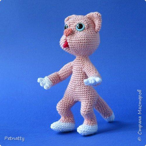 Мне понравились игрушки Kettidolls.zybok.kat https://stranamasterov.ru/user/280809 , посмотрела я на них и решила попробовать связать что-нибудь похожее. Нитки взяла розовые (для свинки или зайца), но получилась кошка. Впрочем, кошки тоже бывают розовые, которые без шерсти. Будем считать, что это сфинкс.  фото 9