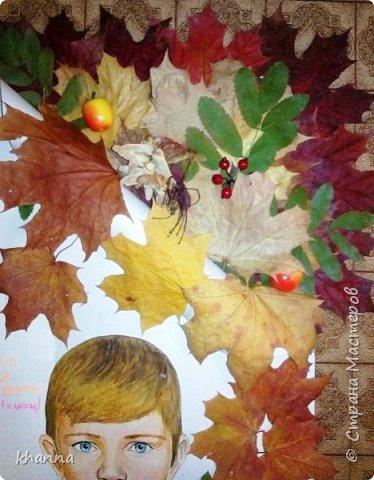 Поздравление выполнено на ватмане,согнутом пополам. Листья собирали, сушили, клеили всем классом. фото 3