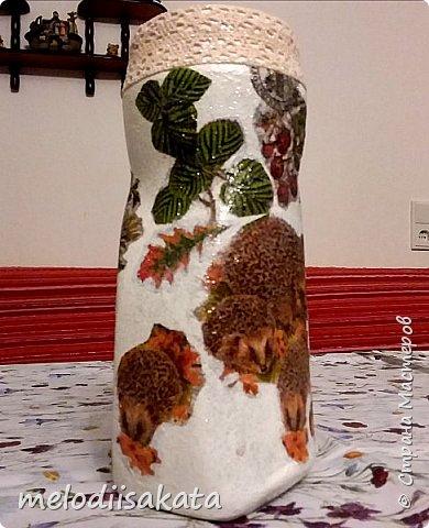 """Искусственные цветы в доме я никогда раньше не держала. Не любила. В подъезде же, каждый из соседей украшал свой вход, как умел. Я меняла цветочные композиции к каждому времени года. Теперь, с новыми противопожарными правилами, предписали всё с лестничных площадок удалить. Что делать с этим морем искусственных цветов, шаров, лодочек, грибочков, снеговиков? Окна заполнены орхидеями и букетами из капрона. А выкидывать всё жалко. Так и перекочевали букетики в гостинную. Только нужно придумать несколько вазочек.  К """"листопаду осенних идей"""" . И вот, задекупажилась кофейная баночка. фото 7"""