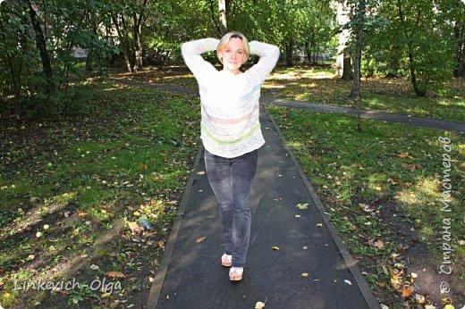 Легкий и свободный джемпер будет хорош в теплые осенние дни фото 1