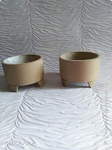 Смотрите какую штуку я придумала - ножки для шкатулок. Бобину от линолеума отрезаю шириной 2 см. а затем разрезаю на кусочки-трапеции. фото 2