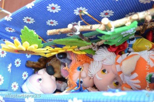 """Наше изобретение - переносной Кукольный театр """"Петрушка"""".  Очень хочется показать, как этот театр можно превратить: 1 - в коробку для хранения кукол, декораций и крепежных материалов и переноски всего этого по месту показа спектакля. 2 - коробку опять превратить в Кукольный театр.  фото 5"""