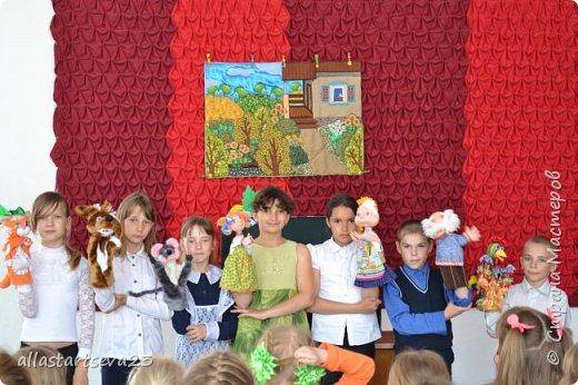"""Наше изобретение - переносной Кукольный театр """"Петрушка"""".  Очень хочется показать, как этот театр можно превратить: 1 - в коробку для хранения кукол, декораций и крепежных материалов и переноски всего этого по месту показа спектакля. 2 - коробку опять превратить в Кукольный театр.  фото 41"""