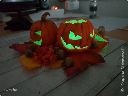 Хочу вам показать как сделать такой декор на хеллоуин  Вам понадобится: -Глина:Красная, оранжевая, бежевая, коричневая, жёлтая -пастель разных оттенков -ножи и инструменты (круглогубцы, кусачки, зубочистка...) -пастамашина и акриловый роллеры -листья с деревьев -фольга и много салфеток -фимо лак глянцевый и фимо ликвид -проволока 0,3 мм -тарелка или другая подложка  Видео состоит из 4 частей 1 и 2 с русскими субтитрами До 3 и 4 еще не дошла, скоро будут  Надеюсь вам понравится фото 6