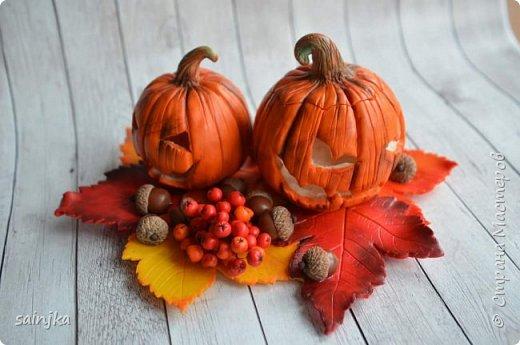 Хочу вам показать как сделать такой декор на хеллоуин  Вам понадобится: -Глина:Красная, оранжевая, бежевая, коричневая, жёлтая -пастель разных оттенков -ножи и инструменты (круглогубцы, кусачки, зубочистка...) -пастамашина и акриловый роллеры -листья с деревьев -фольга и много салфеток -фимо лак глянцевый и фимо ликвид -проволока 0,3 мм -тарелка или другая подложка  Видео состоит из 4 частей 1 и 2 с русскими субтитрами До 3 и 4 еще не дошла, скоро будут  Надеюсь вам понравится фото 5