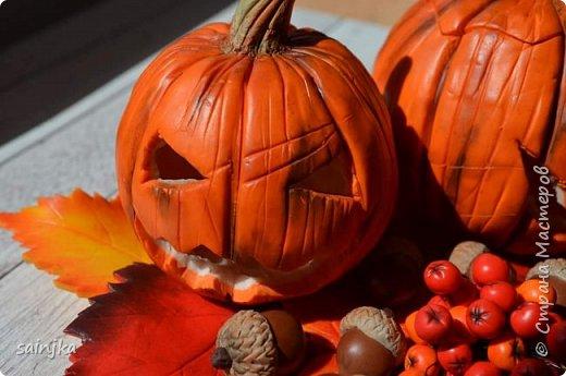 Хочу вам показать как сделать такой декор на хеллоуин  Вам понадобится: -Глина:Красная, оранжевая, бежевая, коричневая, жёлтая -пастель разных оттенков -ножи и инструменты (круглогубцы, кусачки, зубочистка...) -пастамашина и акриловый роллеры -листья с деревьев -фольга и много салфеток -фимо лак глянцевый и фимо ликвид -проволока 0,3 мм -тарелка или другая подложка  Видео состоит из 4 частей 1 и 2 с русскими субтитрами До 3 и 4 еще не дошла, скоро будут  Надеюсь вам понравится фото 4