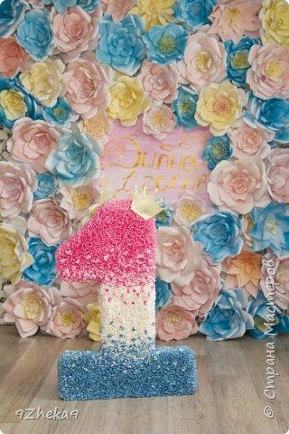 Делали такую фотозону для племянницы подруги) Цветы сделаны из обычной офисной бумаги формата А4, красили акриловой эмалью в баллончиках. фото 2