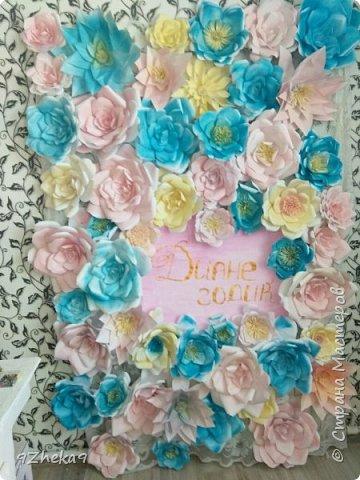 Делали такую фотозону для племянницы подруги) Цветы сделаны из обычной офисной бумаги формата А4, красили акриловой эмалью в баллончиках. фото 1
