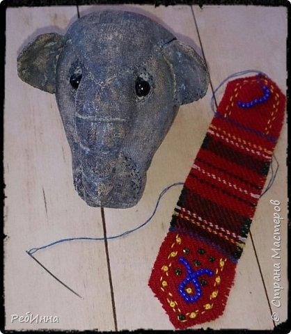Слон сшит по выкройке Нины Кальсиной, замечательной Волшебницы из Екатеринбурга. Сшит из бязи, покрашен в несколько слоёв, начиная с кофе, а затем акриловой краской, беспощадно ошкурен мелкой наждачкой.  фото 5