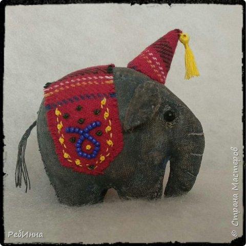 Слон сшит по выкройке Нины Кальсиной, замечательной Волшебницы из Екатеринбурга. Сшит из бязи, покрашен в несколько слоёв, начиная с кофе, а затем акриловой краской, беспощадно ошкурен мелкой наждачкой.  фото 6