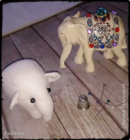 Слон сшит по выкройке Нины Кальсиной, замечательной Волшебницы из Екатеринбурга. Сшит из бязи, покрашен в несколько слоёв, начиная с кофе, а затем акриловой краской, беспощадно ошкурен мелкой наждачкой.  фото 2