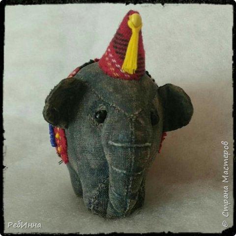 Слон сшит по выкройке Нины Кальсиной, замечательной Волшебницы из Екатеринбурга. Сшит из бязи, покрашен в несколько слоёв, начиная с кофе, а затем акриловой краской, беспощадно ошкурен мелкой наждачкой.  фото 1