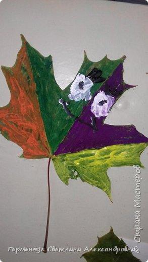 Добрый день, всем  жителям СМ  !!!  На уроке ИЗО  ребята  расписали   гуашью     сухие листочки Рисовали  с помощью  ватных палочек. Получились вот такие расписные  листочки!!!.  фото 16