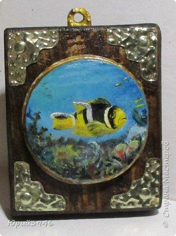 """Миниатюра """"Тропическая рыба"""". Картинка нарисована масляными красками на обратной стороне жестяной крышки от банки для краски. Основание - кусочек доски, обработанной морилкой и покрытой лаком. Фигурные накладки вырезаны из жести. фото 1"""